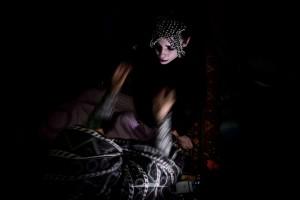 poniendo tocado trenzado a novia saharaui