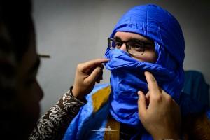 vistiendo al novio saharaui
