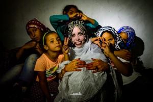 novia saharaui acompañada de los niños