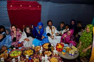 banquete en la haima durante la boda saharaui