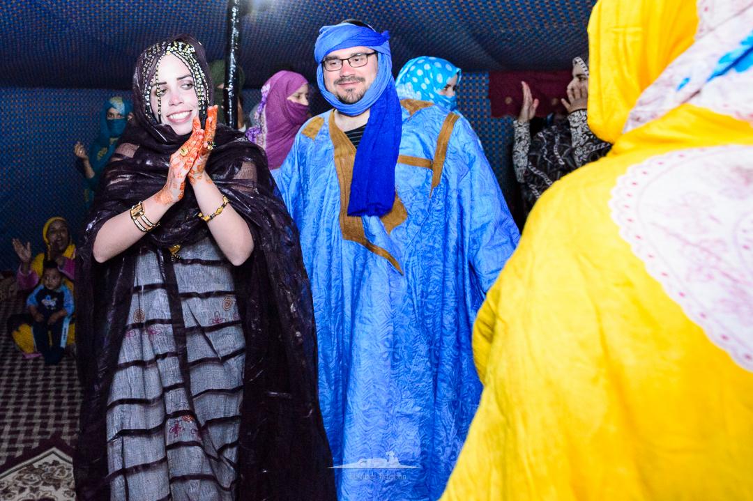 celebracion y baile en boda saharaui con invitados
