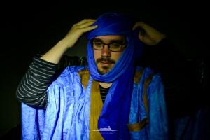 novio saharaui colocandose el turbante