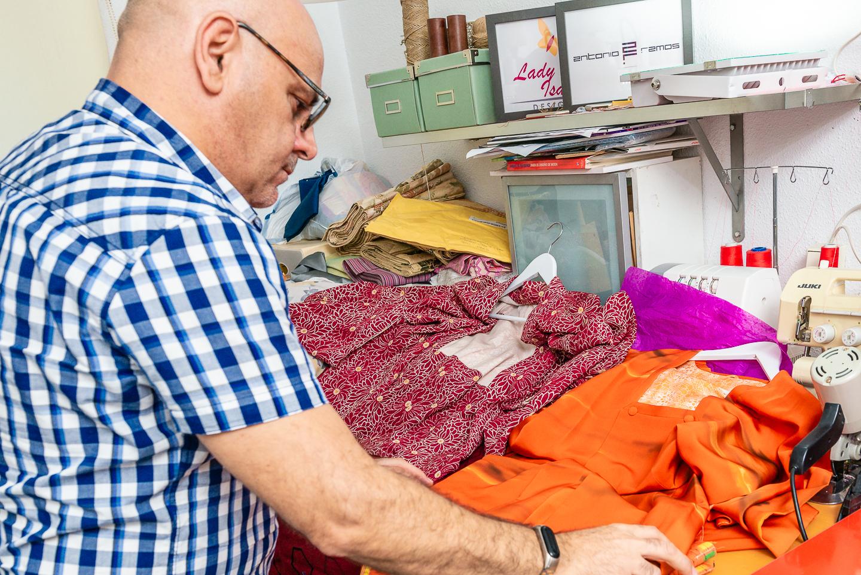 Trabajando Antonio Ramos en su atelier