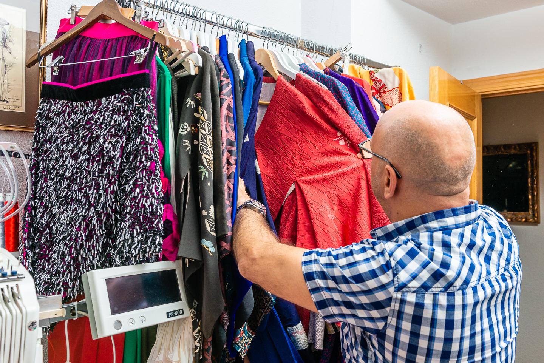 Antonio Ramos mostrando trajes