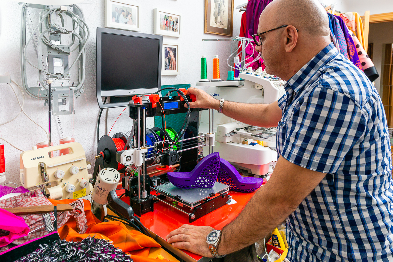 "c29fcfc05 Antonio Ramos trabajando impresora 3D. """