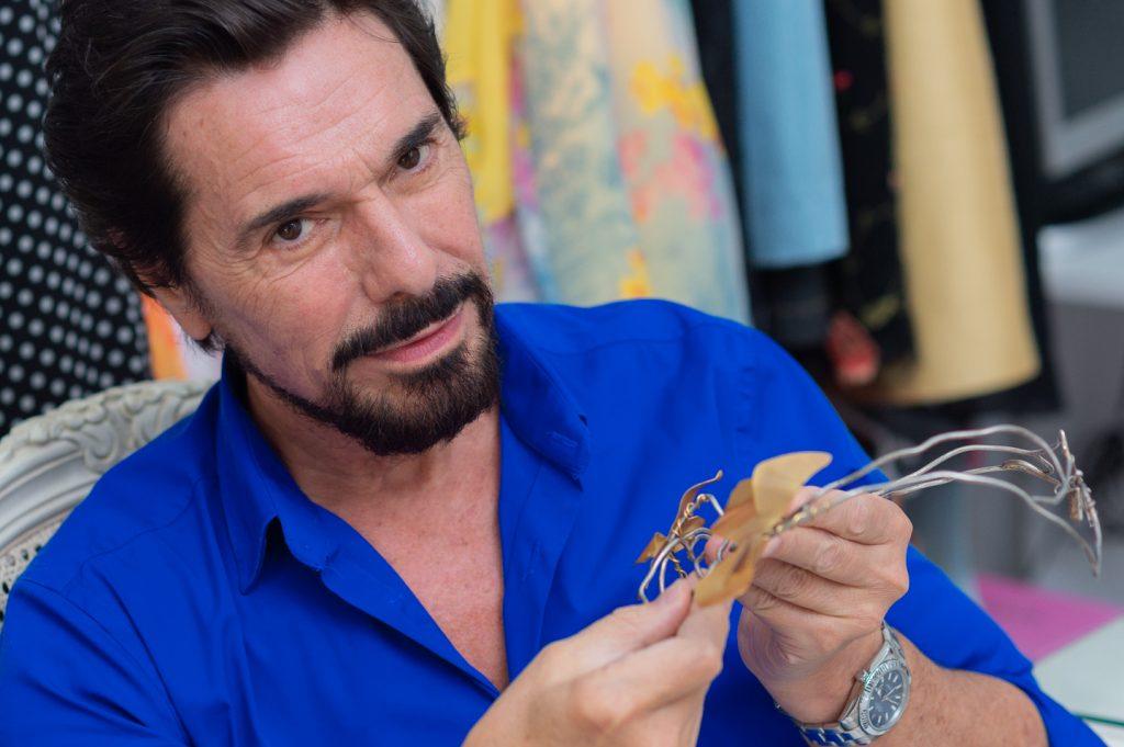 Gustavo Marinaro mostrando una pieza